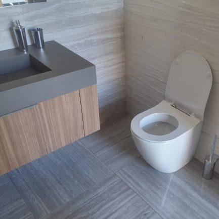 Vaso WC a terra per installazione filomuro in ceramica bianca lucida, con sistema Aqua Clean Rimless. Scarico a parete, trasformabile a pavimento con curva tecnica . Coprivaso slim con chiusura tradizionale incluso. Dimensione sanitario L 36 X P 56 X H42 .