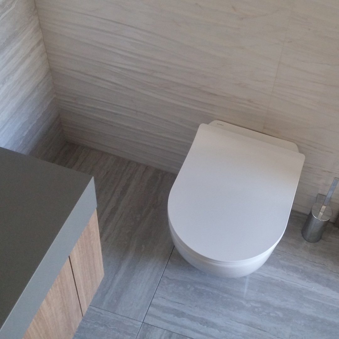 Vaso WC a terra per installazione filomuro in ceramica bianca lucida, con sistema Aqua Clean Rimless. Scarico a parete, trasformabile a pavimento con curva tecnica . Coprivaso slim con chiusura tradizionale incluso. Dimensione sanitario L 36 X P 56 X H42 . Made in Italy.